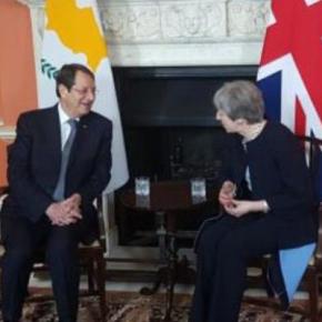 Η Βρετανία θέλει να αποσυρθεί από εγγυήτρια δύναμη, είπε η Μέι στον ΠτΔ τηςΚύπρου