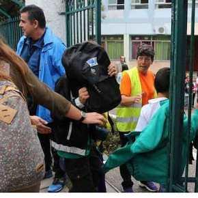ΑΝΤΙΣΤΑΣΗ ΣΤΗΝ ΣΑΜΟ…. Έλληνες Μαθητές και Γονείς ΕΚΕΙΣΑΝ ΤΑ ΣΧΟΛΕΙΑ αρνούμενοι να υποδεχτούν Λαθρομεταναστόπουλα…!