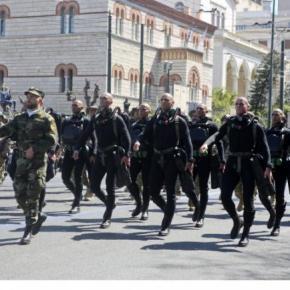 """Τα """"βατράχια"""" του Λιμενικού τραγουδούν το """"Μακεδονία ξακουστή"""" και αποθεώνονται![video]"""