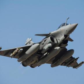 Γαλλική επίδειξη ισχύος με πτήσεις ελικοπτέρων και αεροσκαφών Rafale στηΚύπρο