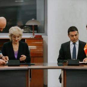 Σκόπια: Ντιμιτρόφ και Αναγνωστοπούλου υπέγραψαν τη νέα συνοριακήδιέλευση