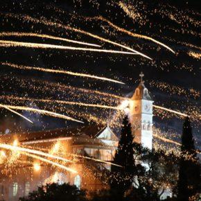 Ξέσπασε Πόλεμος στο νησί της Χίου …Το «Βρόντηξαν» πρώτοι οι Ρουκετάδες στην Ανάσταση !(φωτό)
