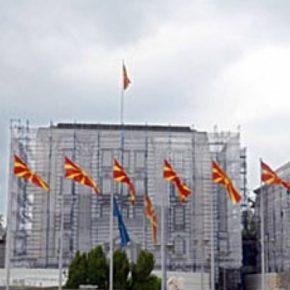 Σκόπια: Πινακίδα με το νέο όνομα της χώρας στο κτίριο τηςκυβέρνησης