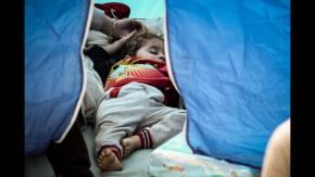 Στην πλατεία Συντάγματος οι πρόσφυγες που διέμεναν σε κατάληψη σταΕξάρχεια
