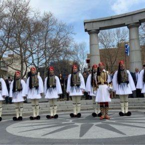 Ο Ελληνισμός κατακλύζει τις ΗΠΑ: Έπαρση της ελληνικής σημαίας με Εύζωνες στηνΑστόρια