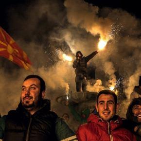 «Βράζουν» οι Σκοπιανοί εθνικιστές: Έκαψαν ελληνικές σημαίες μπροστά από το προξενείο στη Μελβούρνη–