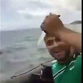 ΤΡΟΜΕΡΟ ΝΤΟΚΟΥΜΕΝΤΟ!!! Λαθρομετενάστες κραδαίνοντας ΜΑΧΑΙΡΙΑ… Ξεσκίζουν τις βάρκες τους με το που εισβάλουν στην Ελλάδα…!!!
