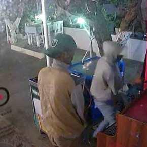 ΗΡΘΑΝΕ… και σαρώνουν τα πάντα…!!! ΒΙΝΤΕΟ – «ΕΠΕΝΔΥΤΕΣ» στη Σάμο ξηλώνουν ότι βρούν για να κλέψουν περίπτερο…!!!