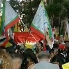 Αθήνα: Πορεία διαμαρτυρίας Κούρδων, έκαψαν και την τουρκικήσημαία