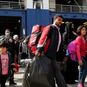 Στο λιμάνι του Πειραιά πλοίο με 215 μετανάστες.