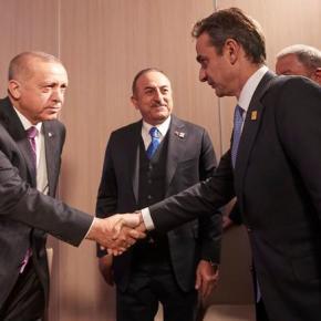 Το βλοσυρό ύφος Ερντογάν στις πρώτες φωτο από τη συνάντηση με Μητσοτάκη.Αποφεύγοντας το βλέμμα του Ελληνα πρωθυπουργού ο Τούρκος πρόεδρος επιλέγει να εστιάσει σε ουδέτεροσημείο