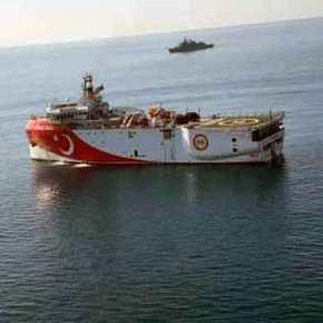 Τουρκικά πολεμικά πλοία έσπευσαν στο Oruc Reis – Με απλωμένα καλώδια στην ελληνική υφαλοκρηπίδα τοερευνητικό