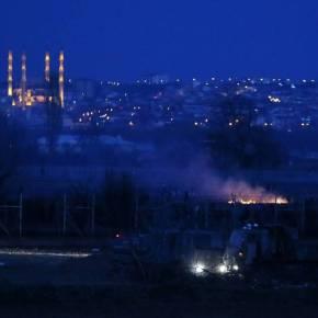 Πεδίο μάχης και πάλι ο Έβρος: Μετανάστες επιχειρούν να κάψουν τον φράχτη – Χημικά καιπετροπόλεμος