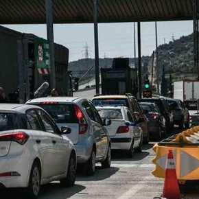 Κορωνοϊός: Δεν υπάρχει καμία σωτηρία – Ουρές στα διόδια από πολίτες που νομίζουν ότι είναι σεδιακοπές