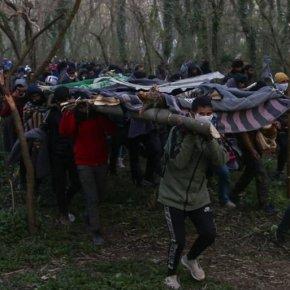 Έβρος: Οι αλλοδαποί κατασκευάζουν ξύλινα πλέγματα για να περάσουν πάνω από τονφράχτη!