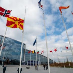 Η σημαία της Βόρειας Μακεδονίας υψώθηκε στον ιστό τουΝΑΤΟ
