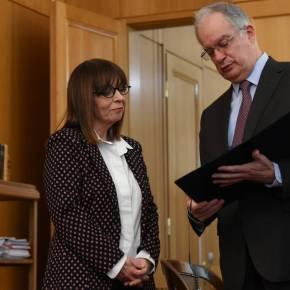 Ανταποκρίθηκε στο κάλεσμα Μητσοτάκη η Αικ. Σακελλαροπούλου.Η Πρόεδρος της Δημοκρατίας αποφάσισε για τους επόμενους δύο μήνες να καταθέσει το ήμισυ του μισθού της στον σχετικό ειδικόλογαριασμό
