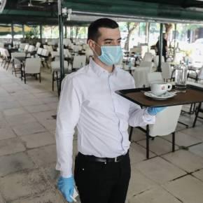 Άρση μέτρων: Χαμός στις καφετέριες – «Μασκοφόροι» σερβιτόροι, αποστάσεις καιαντισηπτικά