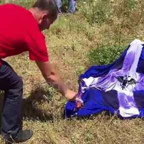 Αλβανοί εθνικιστές έκαψαν τη σημαία της Βορείου Ηπείρου στηνΚλεισούρα