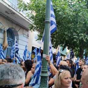 ΚΑΙ ΞΑΦΝΙΚΑ… Εκατοντάδες ΈΛΛΗΝΕΣ με τις Γαλανόλευκες στο κέντρο της Αθήνας… Ποιός το κατάφερεαυτο…;;;