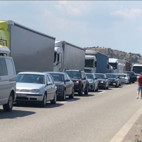 Τεράστια η ουρά των οχημάτων για είσοδο στην Ελλάδα από τονΠρομαχώνα