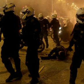 """Νέα Σμύρνη: Συνελήφθη ο Ιρακινός (ή Αλβανός;) που """"γκρέμισε"""" τοναστυνομικό…"""