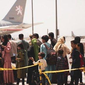 Αφγανιστάν ώρα μηδέν: 10.000 άνθρωποι στο αεροδρόμιο της Καμπούλ περιμένουν ναφύγουν