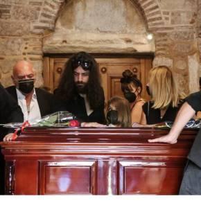 Μίκης Θεοδωράκης: Πλήθος κόσμου στο λαϊκό προσκύνημα του μεγάλου συνθέτη – Την Πέμπτη ηκηδεία