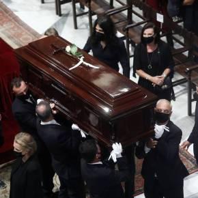 Μίκης Θεοδωράκης: Πλήθος κόσμου αποχαιρέτησε τον μεγάλο συνθέτη – Στις 21:00 μεταφέρεται ησορός